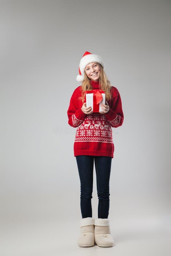 Presente isolado chapéu do Natal da posse da mulher do Natal foto de stock royalty free