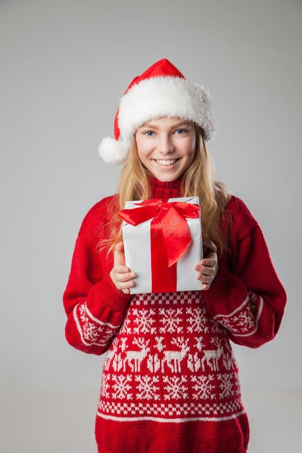 Presente isolado chapéu do Natal da posse da mulher do Natal imagens de stock
