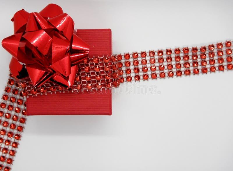 Presente isolato su fondo bianco, giftbox rosso fotografia stock libera da diritti