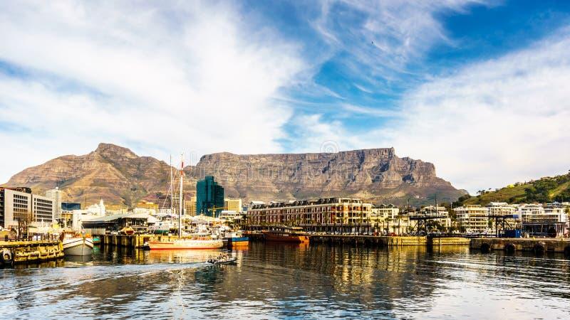 Presente la montaña vista de Victoria y de Albert Waterfront en Cape Town fotos de archivo libres de regalías