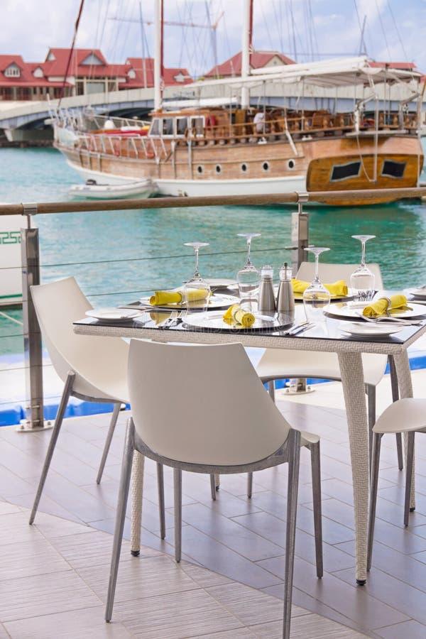 Presente las configuraciones en el restaurante en la playa de la isla fotos de archivo libres de regalías