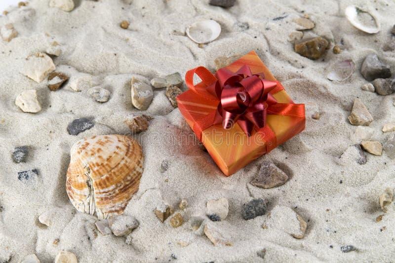 Presente na areia com seashell foto de stock royalty free