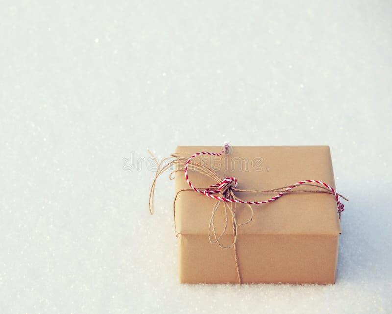 Presente na neve imagens de stock