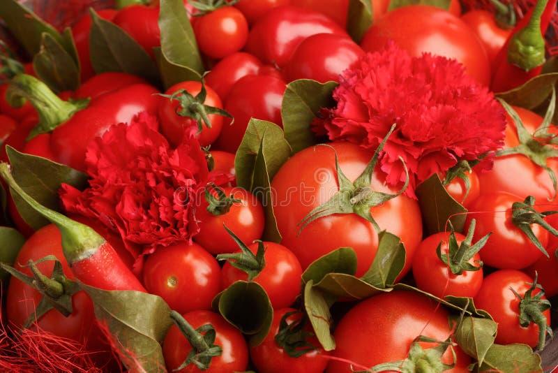 Presente original feito a mão sob a forma de consistir do ramalhete tomates, pimentas vermelhas, folhas de louro, close-up imagens de stock royalty free