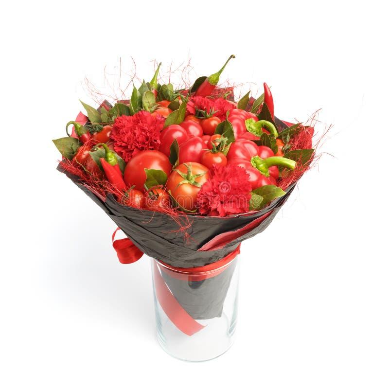 Presente original feito a mão sob a forma de consistir do ramalhete tomates, pimentas vermelhas, folhas de louro em um fundo bran imagem de stock