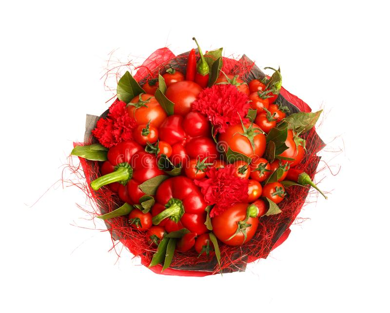Presente original feito a mão sob a forma de consistir do ramalhete tomates, pimentas vermelhas, folhas de louro em um fundo bran fotografia de stock royalty free
