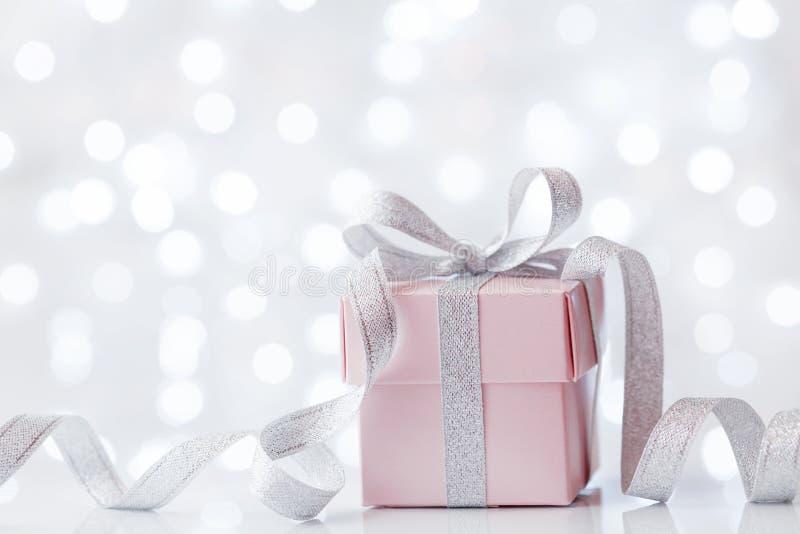 Presente ou caixa de presente contra o fundo do bokeh Cartão do feriado no aniversário ou no Natal imagens de stock royalty free