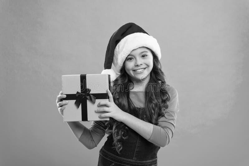 Presente para o Xmas Inf?ncia Compra do Natal, id?ia para seu projeto Partido do ano novo Crian?a de Santa Claus Crian?a da menin foto de stock royalty free