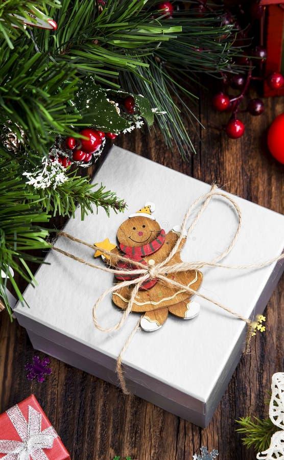 Presente retro do Natal e brinquedo de madeira no fundo mágico morno fotografia de stock