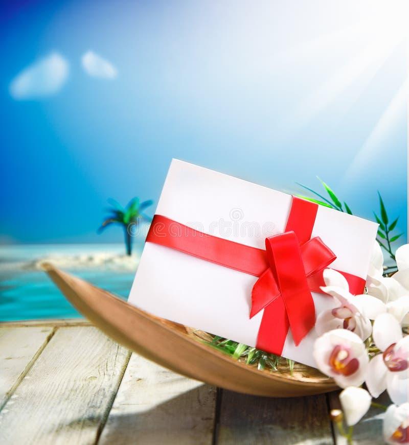 Presente romântico no paraíso tropical fotos de stock