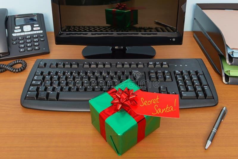 Presente segreto di Santa di Natale dell'ufficio fotografia stock libera da diritti