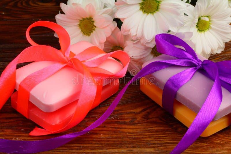 Presente sob a forma dos sabões com flores imagens de stock