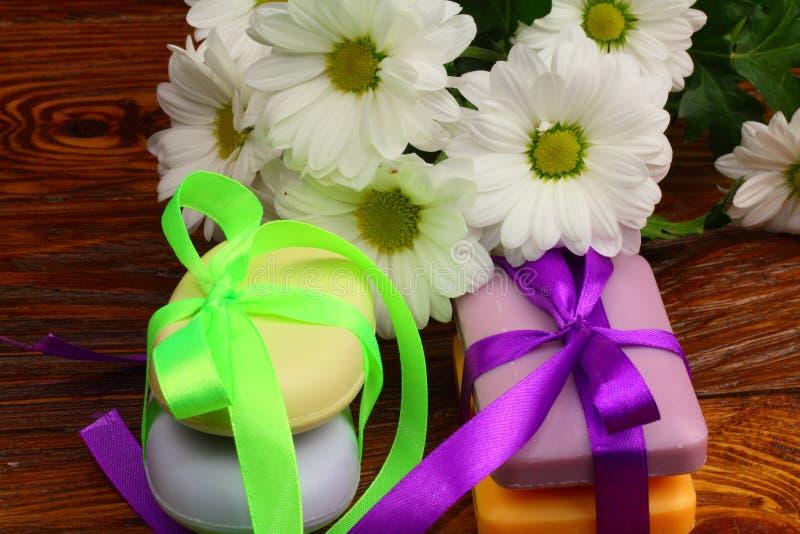 Presente sob a forma dos sabões com flores foto de stock