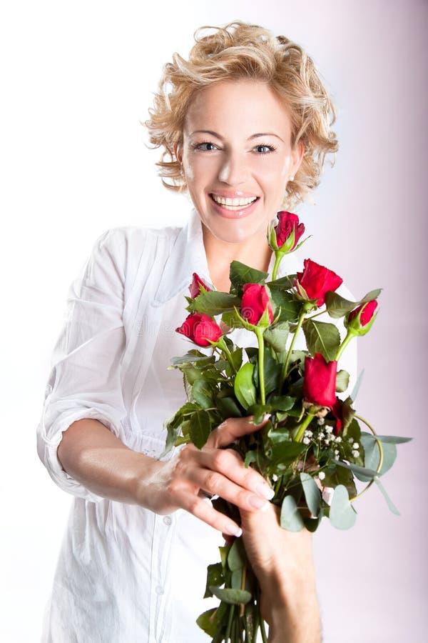 Presente vermelho das rosas para o dia do Valentim imagem de stock royalty free