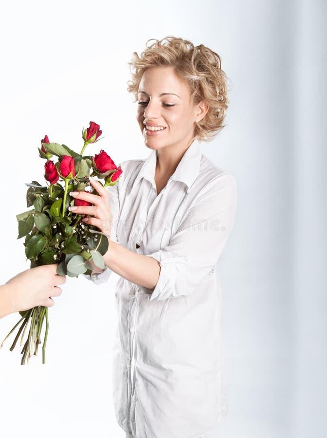 Presente vermelho das rosas para o dia do Valentim foto de stock royalty free