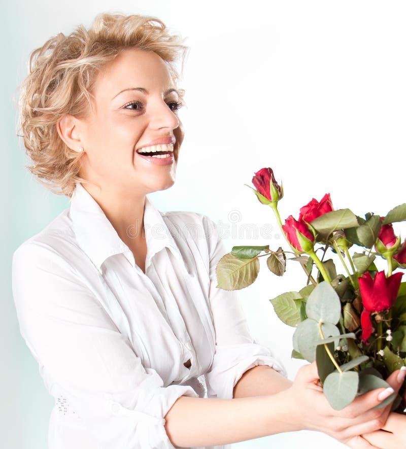 Presente vermelho das rosas para o dia do Valentim imagem de stock