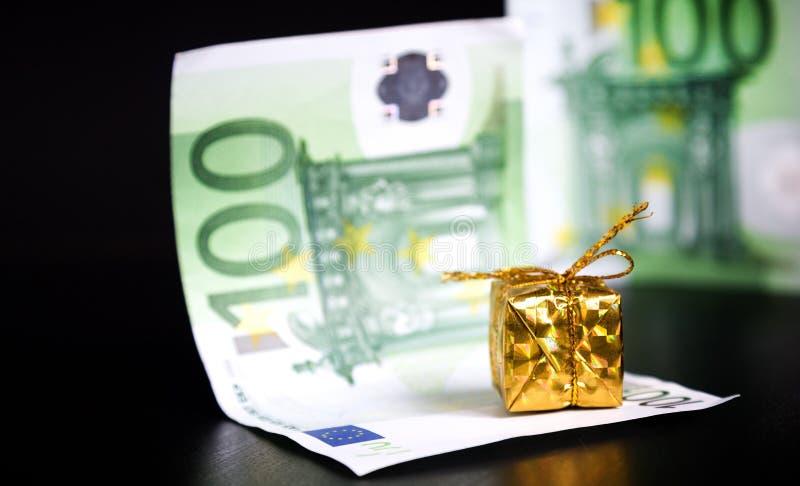 Presente y euros del oro en negro foto de archivo libre de regalías