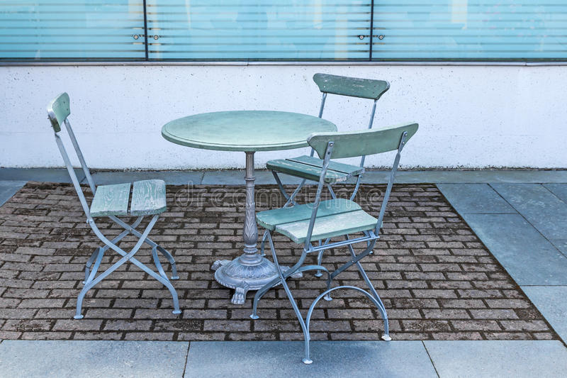 Presente y tres sillas en un café al aire libre fotografía de archivo libre de regalías