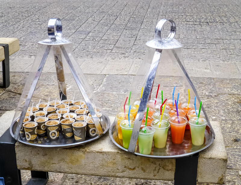 Presenteerblad met dranken op straatmarkt, Jeruzalem stock afbeelding