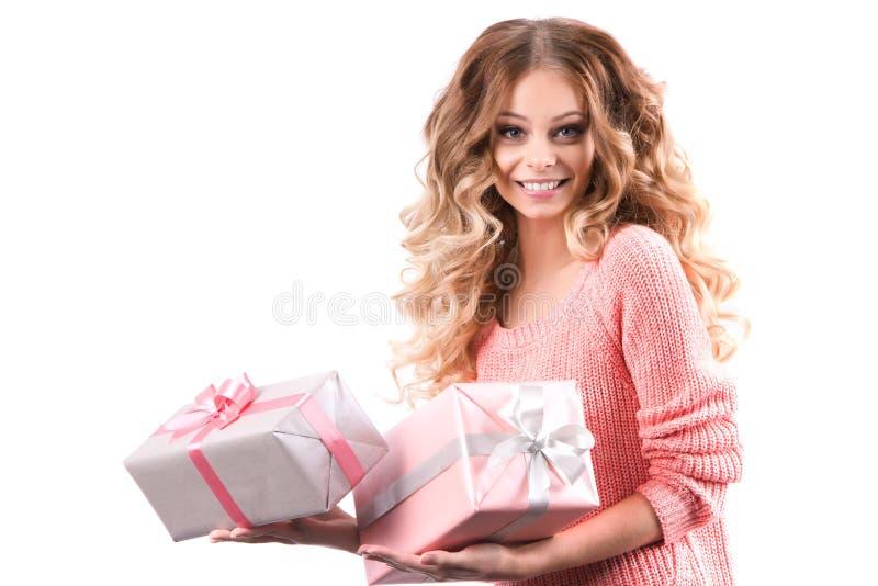 Presentes bonitos da posse da mulher no Natal imagem de stock