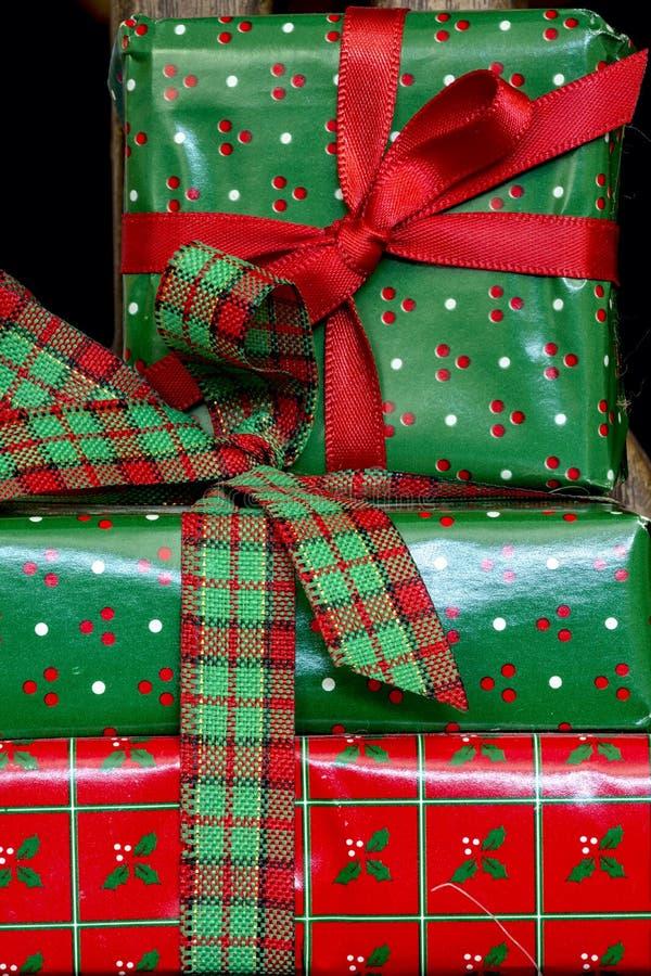 Presentes bonitos do Natal envolvidos e empilhados imagem de stock
