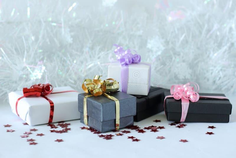 Presentes com curvas brilhantes em uma decoração da festa de Natal foto de stock royalty free
