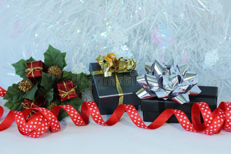 Presentes com curvas brilhantes em uma decoração da festa de Natal imagens de stock
