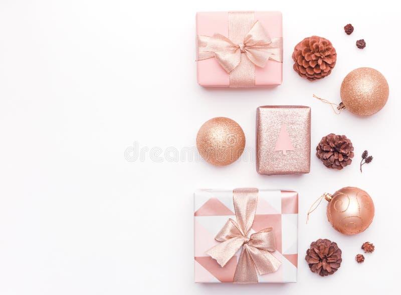 Presentes cor-de-rosa do Natal isolados no fundo branco Caixas do xmas, ornamento do Natal, quinquilharias e cones envolvidos do  fotografia de stock