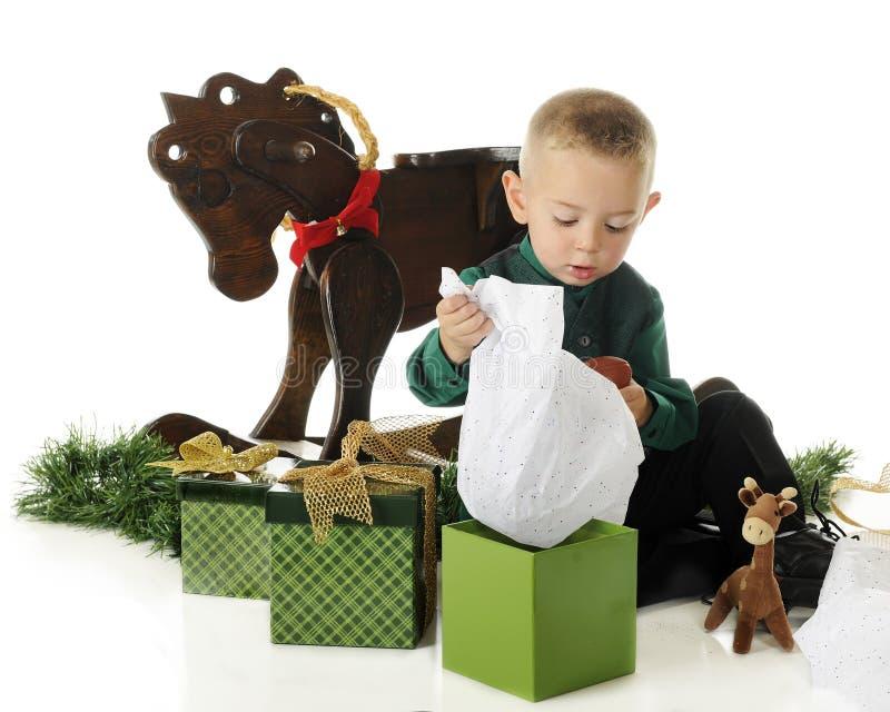 Presentes da abertura da criança em idade pré-escolar imagens de stock