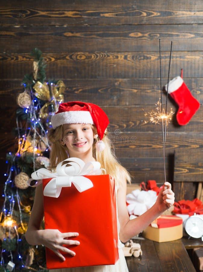 Presentes da abertura no Natal e no ano novo Feliz Natal e ano novo feliz Natal do adolescente A menina bonito é fotografia de stock