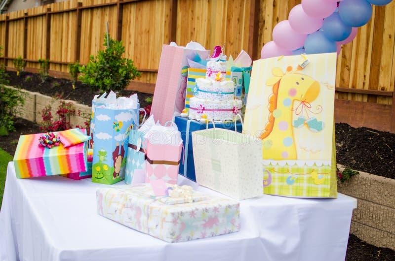 Presentes da festa do bebê na tabela foto de stock