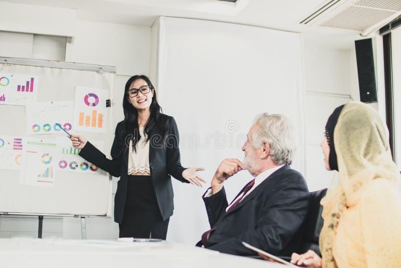 Presentes das mulheres de negócio na reunião ao gerente foto de stock