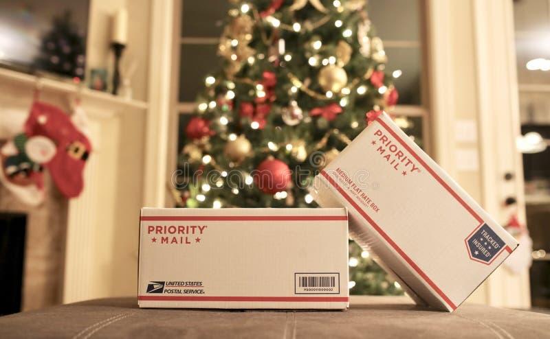 Presentes de época natalícia do Natal do correio prioritário de USPS fotografia de stock