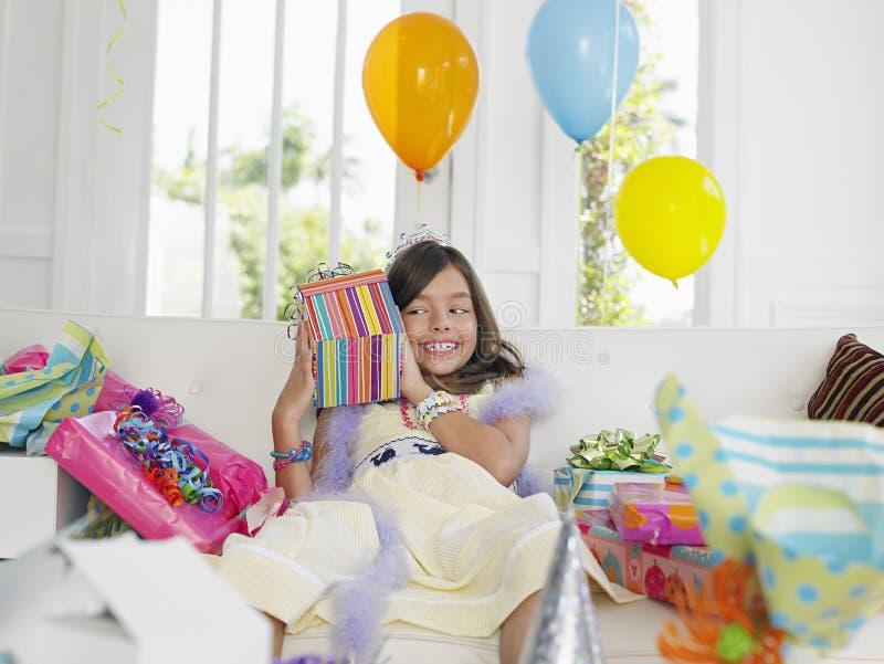 Presentes de aniversário da abertura da menina fotografia de stock