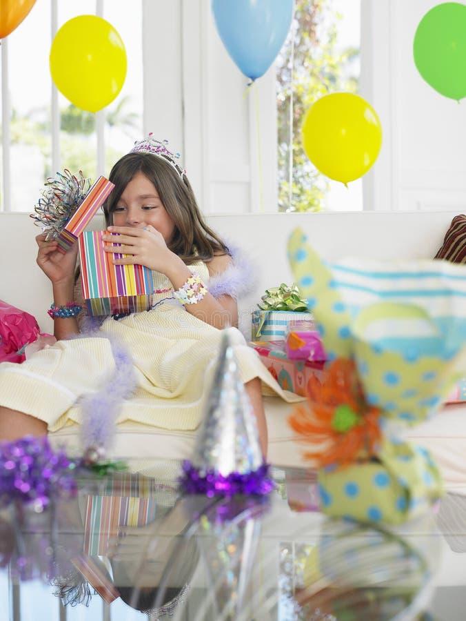 Presentes de aniversário da abertura da menina fotos de stock royalty free