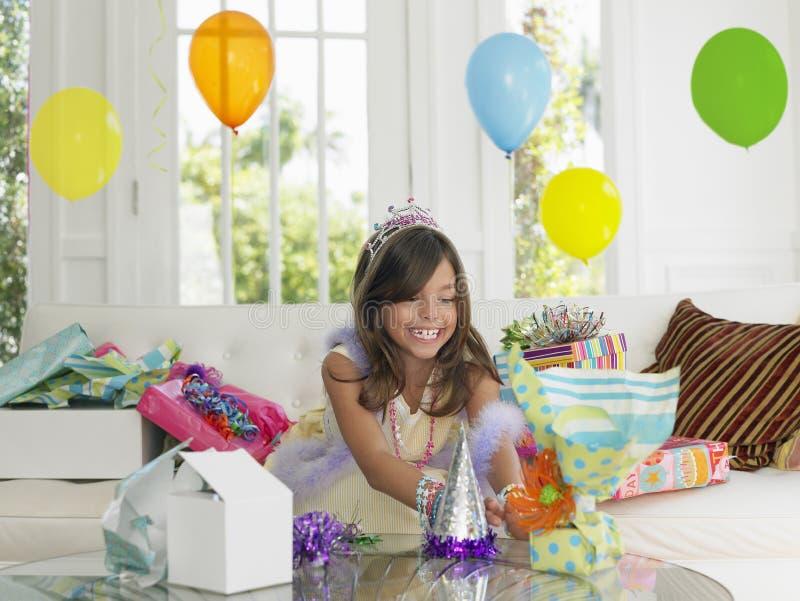 Presentes de aniversário da abertura da menina fotografia de stock royalty free