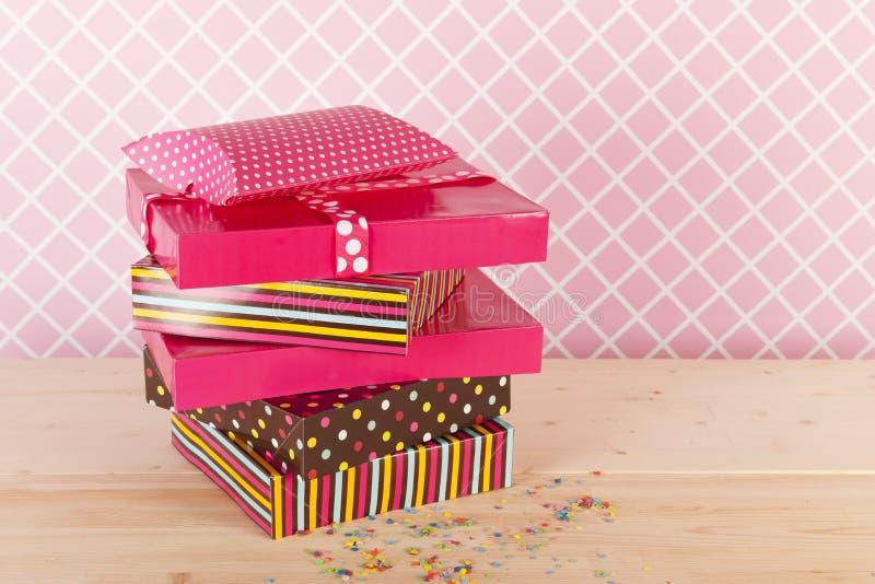 Presentes de aniversário no rosa imagem de stock royalty free