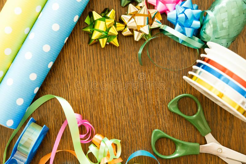 Presentes de empacotamento em uma tabela de madeira Conceito do aniversário, da decoração, do Natal e do hanukkah fotografia de stock royalty free