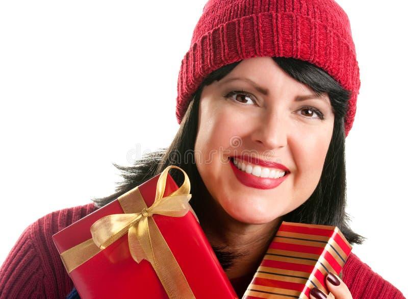 Presentes de feriado bonitos da terra arrendada da mulher fotos de stock royalty free
