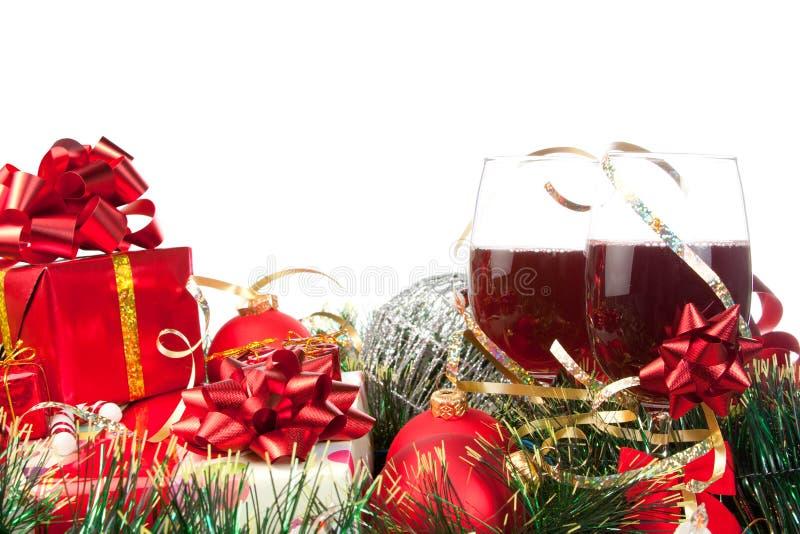 Presentes de feriado e vidros de vinho fotos de stock