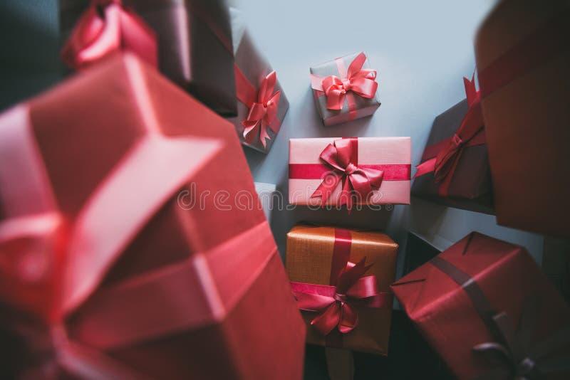 Presentes de la caja de regalos en el papel gris fotografía de archivo