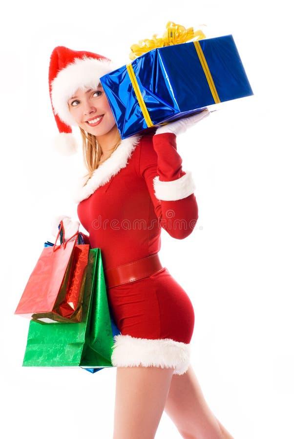 Presentes de Natal carreg da menina bonita foto de stock