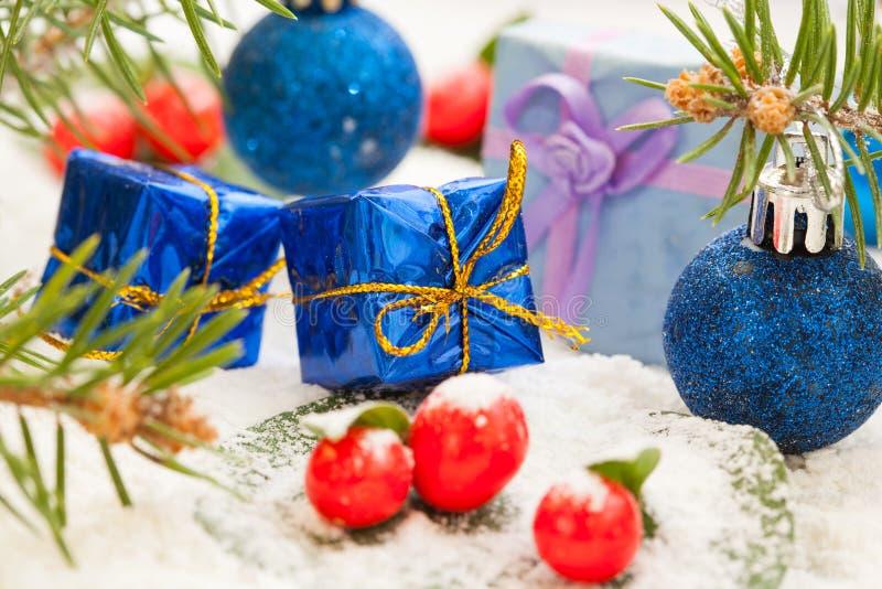 Presentes de Natal com bagas vermelhas fotografia de stock
