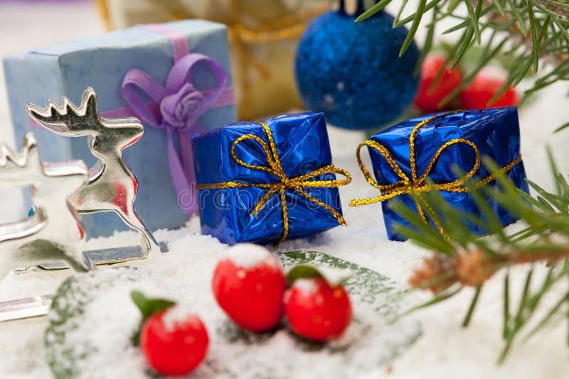 Presentes de Natal com bagas vermelhas imagens de stock royalty free