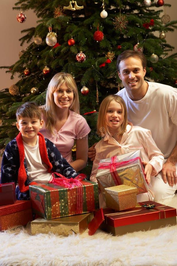 Presentes de Natal da abertura da família fotos de stock