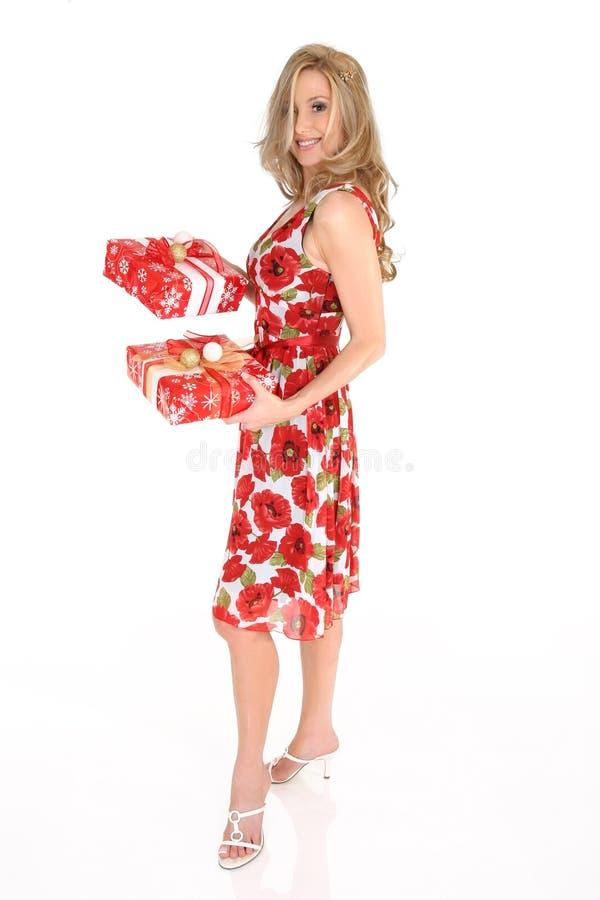 Presentes de Natal da terra arrendada da mulher foto de stock royalty free