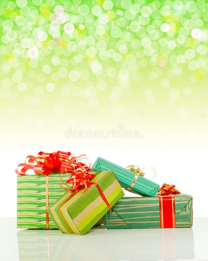 Presentes de Natal de encontro ao fundo do bokeh imagem de stock