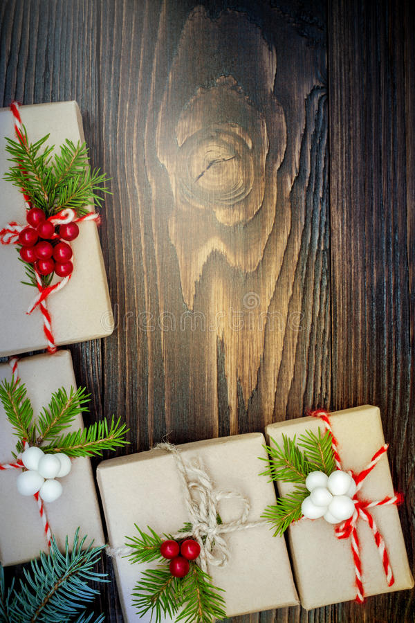 Presentes de Natal em umas caixas em um fundo de madeira com espaço da cópia foto de stock