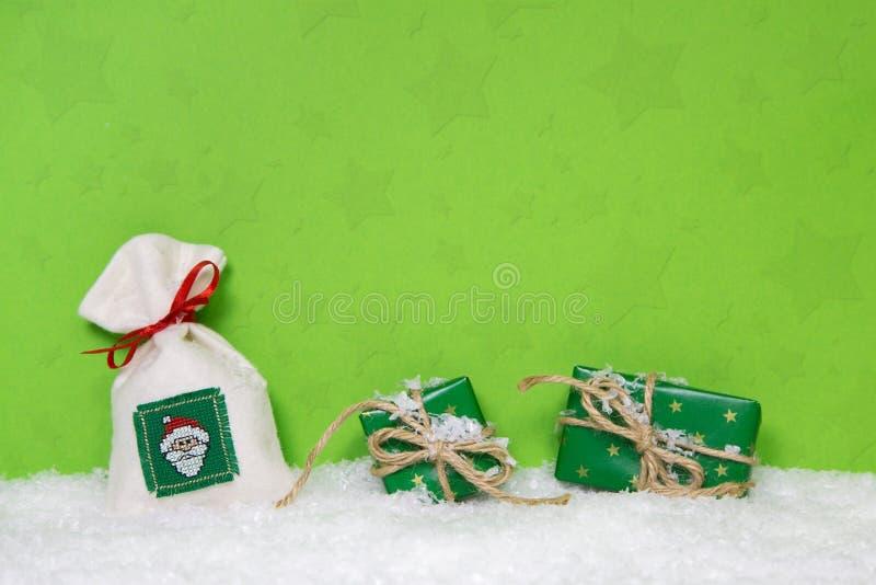 Presentes de Natal no fundo nevado Ideia para um comprovante do xmas fotos de stock