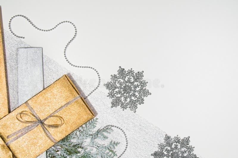 Presentes de Natal ou opinião superior do quadro do fundo dos presentes no branco foto de stock